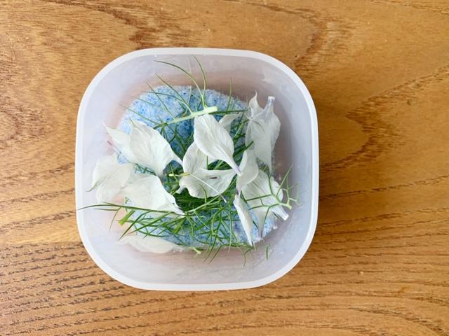 アクセサリーに仕立てるため生花をドライフワラーに。