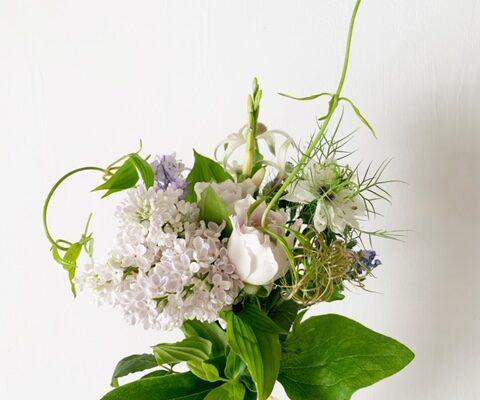 お花が届いた日。そこに生花があるだけで癒されます。